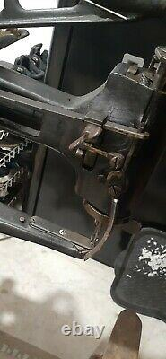1895 SINGER 29-2 INDUSTRIAL COBBLER LEATHER TREADLE SEWING MACHINE WithSTAND