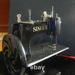 1920's ANTIQUE SINGER MODEL 20 CHILD'S SEWING MACHINE withORIGINAL CASE 10x8x5 in
