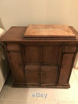 ANTIQUE Singer Sewing Machine 1900's in Tiger Oak Closed Cabinet Treadle