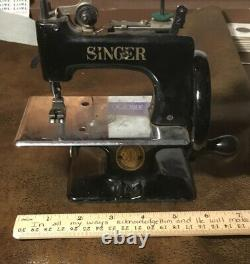 ANTIQUE VINTAGE MINI SINGER SEWING MACHINE TOY CHILD SIZE Nearly Mint Condition