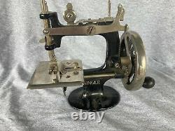 Antique SINGER SEWING MACHINE Miniature Salesman Sample -Mini Vintage Toy