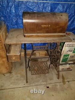 Antique Singer Sewing Machine in Cabinet Needs a good Home! Make an Offfer