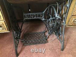 Antique singer sewing machine in cabinet with5 drawers