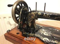 1897 Antique Singer 12k Machine À Coudre Avec Boîtier & Décalcomanies Ottomanes D'oeillet