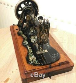 1897 Antiquités Singer 12k Machine À Coudre Avec Des Décalques Carnation Case & Ottomans