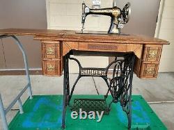 1901 Machine À Coudre Les Doigts Dans L'armoire D'origine Treadle