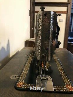 1910 Vintage Singer Red Eye Machine À Coudre Avec Armoire En Chêne. A Ceinture Et Fonctionne