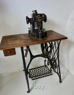 1914 Le Chanteur 46 K 33 Gant De Fourrure Et De Cuir Machine À Coudre Industrielle Sur Le Stand
