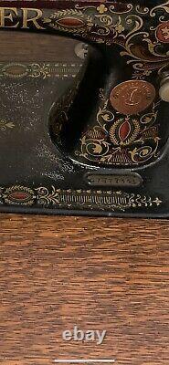 Anciennes Chanteur Treadle Machine À Coudre Dans Ornement Dessin Cabinet Chambre