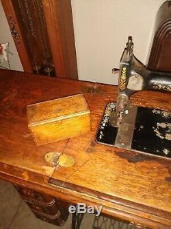 Antique 1904 B Modèle De Série 27 Machines À Coudre Singer N ° 5 Cabinet Puzzle Box