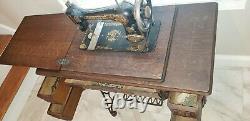 Antique 1910 Singer Machine À Coudre Avec Armoire À Bande De Roulement En Chêne Comprend Des Accessoires