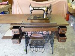 Antique Ornée 27k Singers Treadle Crane Machine À Coudre Et Table En Chêne Avec Tiroirs