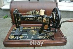 Antique Singer 48k Machine À Coudre Avec Boîtier Et Décalcomanies D'oeillets Ottomans