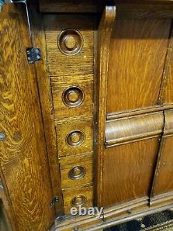 Antique Singer Machine À Coudre Des Années 1900 Dans Tiger Oak Armoire Fermée Avec Bande De Roulement