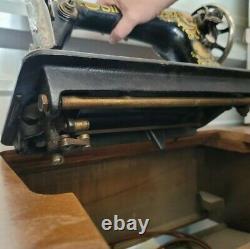 Antique Singer Rouge Yeux No 66 Treadle Machine À Coudre Dans L'armoire D'origine Vintage