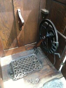 Antique Singer Sewing Machine 1900's Tiger Oak Fermé Cabinet Avec Treadle