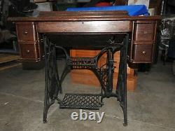 Antique Singer Treadle Sewing Machine Avec Armoire & Tiroirs