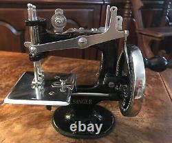 Antique Vintage 1926 Singer Model 20 Toy Child Small Couture Machine Belle