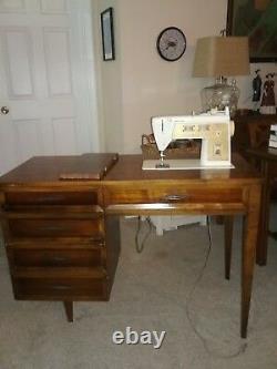 Bureau Antique De Machine À Coudre De Chanteur