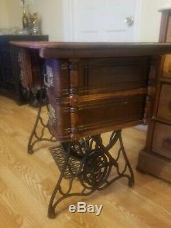 Cast Antique Fer 1897 Machine À Coudre Chanteur Treadle Table Gorgeous