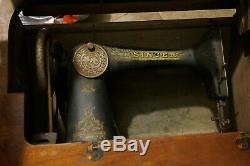 Chanteur Antique 127 Sphinx Treadle Couture Modèle Machine Avec Banc