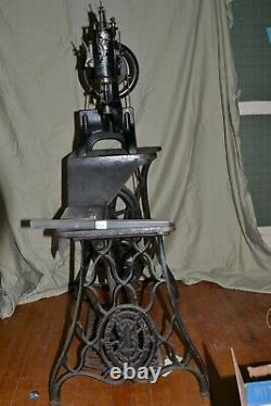 Chanteur Antique 29-4 Machine Industrielle De Couture De Bande De Roulement De Pavé Avec Le Stand