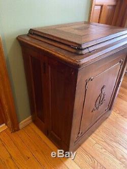 Chanteur Antique Machine À Coudre Au Sein Du Cabinet