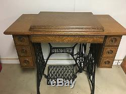Chanteur Antique Machine À Coudre Et Table