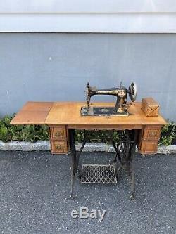 Chanteur Vintage Treadle Machine À Coudre Table Cercueil Complet Haut Bois 1899 Pedal
