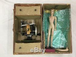 La Machine À Coudre Chanteur Enfant Antique Avec Poupée Mannequin
