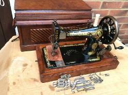 La Machine Antique 28k Vieux Chanteur Avec Le Stockage De Cercueil Case Et Les Pièces Jointes