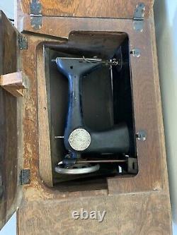 Machine À Coudre À Bande De Roulement Vintage À Antique Singer Dans Une Armoire De Table