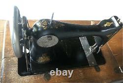 Machine À Coudre À La Pédale Antique De La Chanteuse Antique # 66 Sculpté 7 Tiroir Sculpté