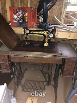 Machine À Coudre Ancienne Chanteuse Dans Le Cabinet