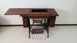 Machine À Coudre D'antique Singer Dans Le Cabinet Original Vintage 1911