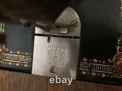 Machine À Coudre De Chanteur Antique Dans Une Armoire Avec 5 Tiroirs