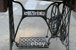 Machine À Coudre Des Doigts Antiques Dans Une Armoire En Chêne Treadle
