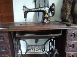 Machine Antique Couture Singer Au Sein Du Cabinet. Avec Assceories D'origine