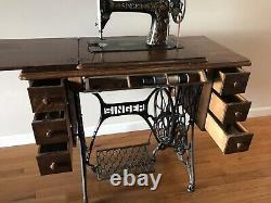 Machine Antique De Couture De Chanteur Avec L'armoire
