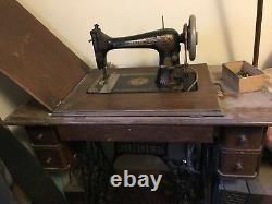 Machine Antique De Couture De Chanteur Avec La Table