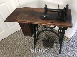 Machine Antique De Couture De Cru De Chanteur Dans L'armoire De Table