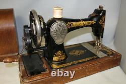 Modèle Antique De Chanteur N° 28 Machine À Coudre De Manivelle De Main Avec La Boîte En Bois De Caisse