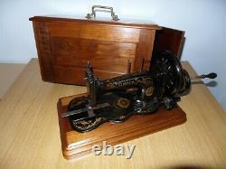 Modèle Antique De Machine À Coudre De Chanteur 12k Avec Les Décalcomanies Merveilleuses