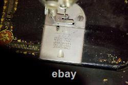 Modèle De Machine À Coudre Des Doigts No. 66 Reye Fermé Armoire En Bois Avec Treadle
