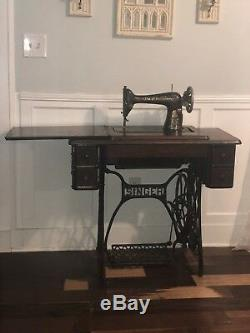 Vintage Chanteur Machine À Coudre Ancienne Dans L'armoire De Table